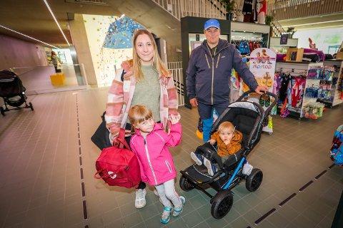 FIKK BADE: Mamma Inger Maret Anne Eira og pappa Johan Nils Peder Gaup med barna Johan Niillas og Anne Garen Gaup er svært takknemlig for all hjelp fra tromsøværingene.