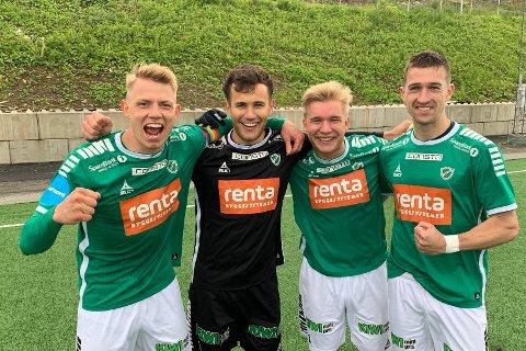 FLØYAHELTER: Yngvar Johansen (t.v.) scoret et drømmemål. Markus Hardy (nr. 2 fra venstre) reddet den avgjørende straffen, mens Birk Berg-Johansen og Scott Fitzgerald scoret de to andre Fløya-målene i kampen.