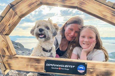 GLADE: - Det er tøft å vite at jeg er med på å betale trappa, sier Marie Hansen Stangvik sammen med hunden Arya og mamma Anneli Hansen.