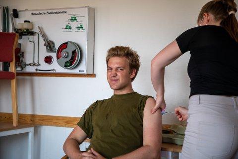 FØRSTE DOSE: Her får Fredrik Person (20), Geværtroppen i GSV, sin første dose med vaksine.