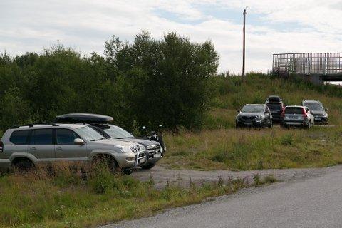SKILEIKEN: Ved innkjøringen til skileikområdet ikke langt fra Kirkenes sykehus står det mange biler på dagtid.