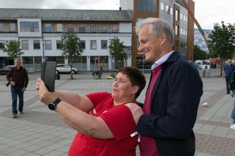 SELFIE: Snart er du statsminister, sier Åse Eriksson og tar en selfie med Jonas Gahr Støre.