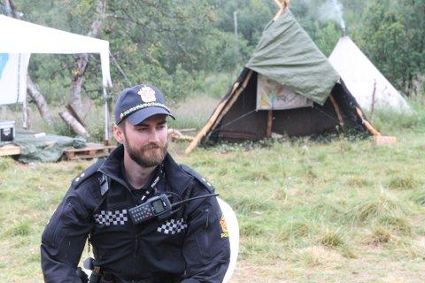 ÅPEN STRATEGI: Politibetjent Mats Schjelverup lyttet interessert til aksjonistene ved leiren på Markopneset, og  sier det er fint å se hvordan de har det .