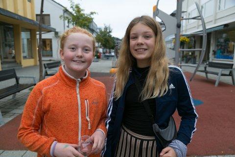 LIKER TANKEN: Karoline S. Jensen (til venstre) og Ariane Alexeeva Lundlie liker tanken på en leksefri skole.