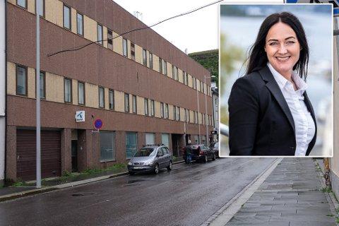 HER: Tilfluktsrommet er i dette bygget i Storgata. Innfelt ser du Linn Idsø Brenne, som jobber for en av eierne.