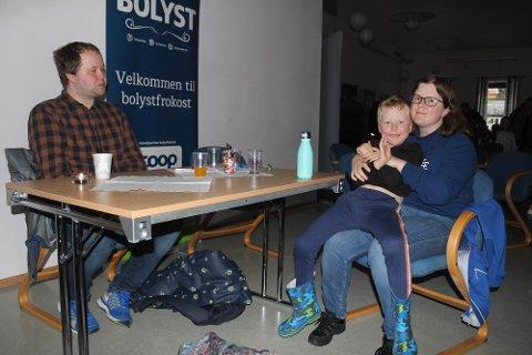 HYGGET SEG: Oddleiv, Peter og Anna var blant de mange som deltok på musikkshowet på samfunnshuset.