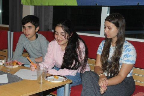 FLERE IDEER:  Abdeljali Ali (14), Heya Ali (13) og Milena Drawska (15) hadde flere tanker om hvilke ting de kunne tenkt seg for å få en enda bedre oppvekst i Loppa og Øksfjord.