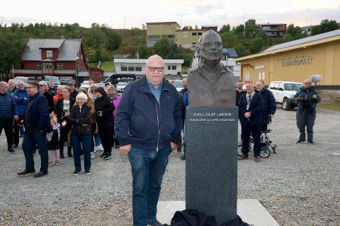 MANNEN MED EGEN BAUTA: Kjell-Olaf Larsen poserer sammen med sin byste kort tid etter avdukingen på fredag.