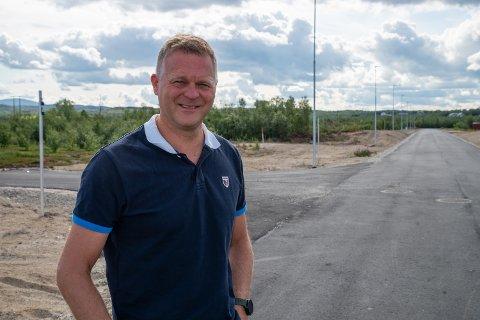 HAR TRUA: Sten Rune Pettersen tror fortsatt at de skal få realisert lagerbygget her på Ildskogmoen industrifelt. Men sier det ikke blir bygging på denne siden av vinteren.