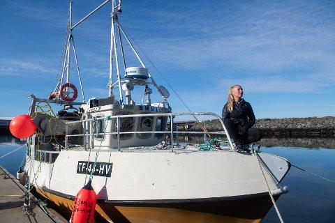DRØMMEN: Etter 24 år på Sørøya passet det endelig for Lotta Norman å følge drømmen. - Jeg har alltid vært interessert i å være ved og på havet, sier hun om kjøpet av den 9,45 meter lange Viksund-sjarken fra 1981.