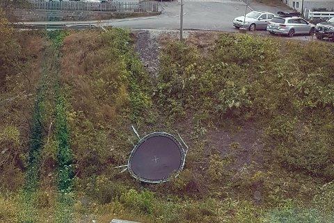 TATT AV VINDEN: Hvis noen savner denne trampolinen, så ligger den i Storelva/Moreneveien.
