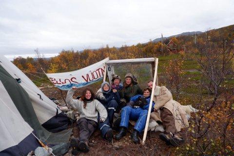 – VI BLIR: – Vi lar oss ikke stoppe. Vi blir! sier Alva Oleanna Thingnes Førsund i Natur og ungdom (til venstre) etter den kjedelige hendelsen natt til søndag.