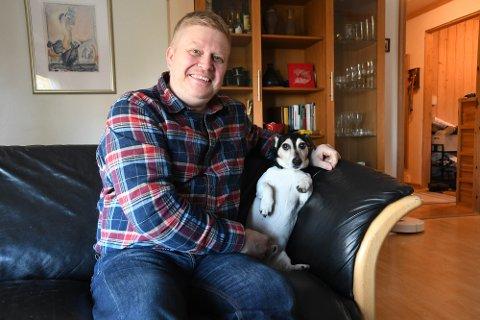 GJENFORENT: Hunden Kito (snart 10) forsvant fra matfar Ronny Wilhelmsen under en tur lørdag 18. september. Nå er de lykkelig gjenforent – her i sofakroken hjemme i Alta.