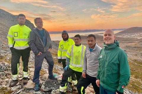 UTSIKT: Sherpaene Lhakpa, Nir Kumar Magar, Furi Tamang og Ngima sammen med Tom Eirik Ness og Johan Grell ved Tyvenskaret, mens Hammerfest bader i kveldssol.
