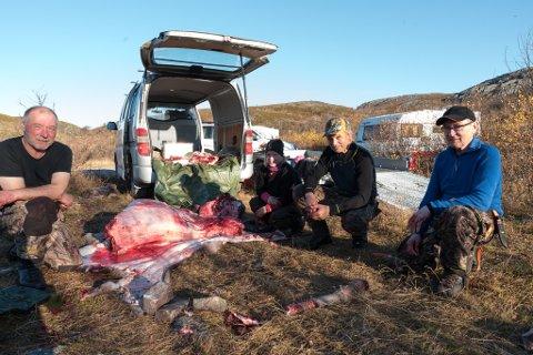 GJØR KLART FOR HENGING: Jaktlaget var i ferd med å grovpartere elg da iFinnmark kom innom. Fra venstre: Odd Einar Siri, Hilde Sabbasen, Johnny Olsen og Arthur Masternes.