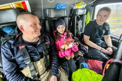 GLADE: - Du gjorde alt riktig og fortjener virkelig å få Bjørni for innsatsen, sier redningsmenn Jørn Olav Skogheim og Eirik Rasch til en glad 8-åring Lena Gagama.