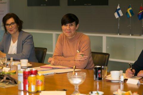 MØTTE BARENTSFOLKET: Ine Eriksen Søreide sier hun føler seg godt hjemme blant de aktive i Barentssamarbeidet. Her sammen med Gøril Johansen, leder for CEO (omite of senior officials). Eriksen Søreide leder formannskapet i Barentsrådet, mens Johansen leder den praktiske gjennomføringen i CEO.