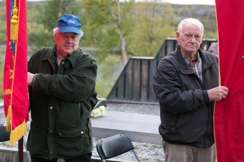 VETERANER: Aron Jensen (til venstre) og Bjarne Johansen, er begge Sydvaranger-veteraner og satt bak fanene under avdukingen av minnesteinen onsdag.