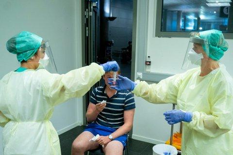 En person som kom sørfra er blant dem som har testet positivt. Bildet er fra et testsenter for koronavirus i ankomsthallen på Oslo Lufthavn. Illustrasjonsfoto.