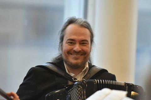 PREMIERT: Rune Larsens musikalitet har blitt bejublet, applaudert og premiert. Det finnes ingen sjanger som slipper unna harstadværingens improvisasjon og lekenhet.