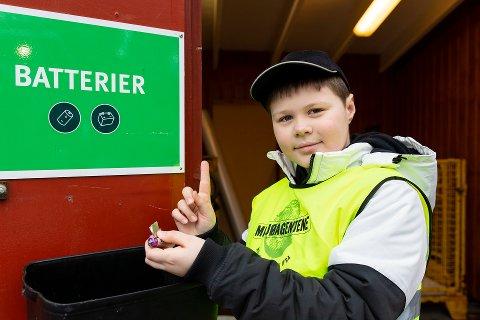 KAN LÆRE: Miljøagent Noah (10) viser hvordan man kan levere batterier til gjenvinning.