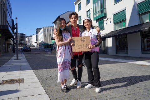 SKUMMELT: Nareerah Awong (19), Moosay Shine (17) og Paw July Nyo (19) var i Harstad for å vise solidaritet med Karen-folket i Myanmar.