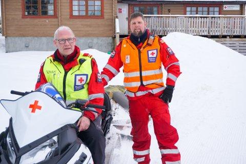 PÅSKEHARER: Til vanlig er Rolf Utnes operativ leder og Magne Kvam korpsleder i Kvæfjord Røde Kors. I en rolig påsketid gjør de noe helt annet.