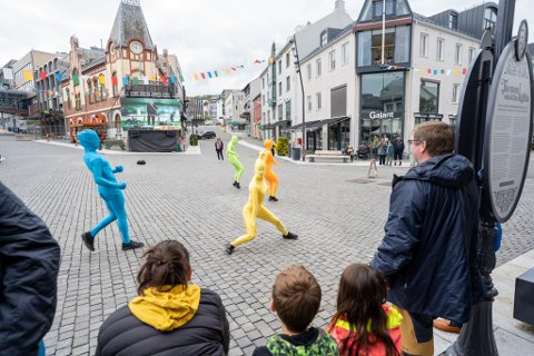 FLEKKER: Carte Blanche. Forestillingen Flekker er en leken forestilling som oppstår overraskende utendørs der de fargerike flekkene dukker opp i byrommet og sprer glede og nysgjerrighet.