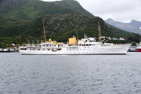 TIL RAMSUND: Kongeskipet har seilt fra Svolvær. Her er Kongeskipet ankret opp i Osan før de gikk inn til Svolvær for å slippe av dronningen og hennes følge.