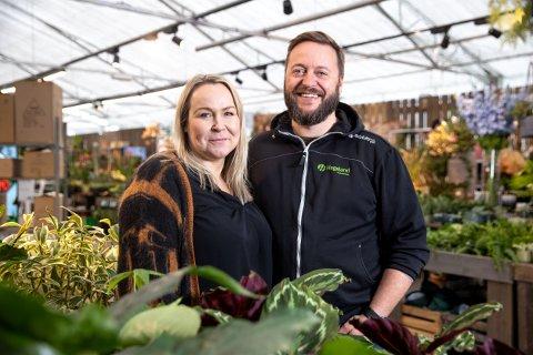 LOKALT EIERSKAP: Christine Strøm Bendiksen og Remi Robertsen driver Harstads eldste blomsterbutikk, Nathanielsen Blomster, med røtter helt tilbake til 1931.