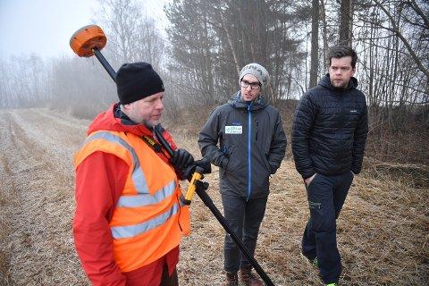 Arkeolog Lars Forseth (t.v.) sammen med brødrene Joakim (i midten) og Jørgen Korstad ved funnstedet.