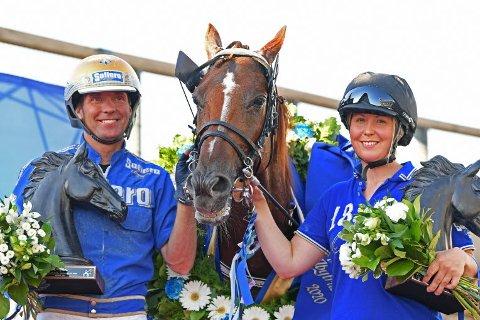 GJORDE INNTRYKK: Svenske Bjørn Goop var trener og kusk da Moni Viking med vant Åby Stora Prisi august. En av seirene som gjorde at svenskene har nominert Vikingen som årets hest. Til høyre oppasser Malin Albinsson.