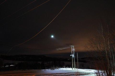 Her på hovedstrømlinja ved Skogset, mellom Okkenhaug og Buran i Levanger, har en hovedledning falt ned, og dermed forårsaket strømbruddet ved Norske Skog.