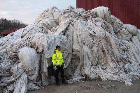 ISFJELL AV PLAST: Stig Ove Flekstad (54) ser ikke mørkt på dette isfjellet av plastemballasje fra Levangers gårder. Den skal pakkes og sendes til resirkulering.