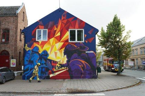 UTRYKNING I SENTRUM: Brannvesenet rykket mandag 14. september 2020 ut til Levanger sentrum etter melding om mistenkelig lukt ved Levanger dyreklinikk. Utrykningen var i umiddelbar nærhet av graffiti-verket «By som brenner i natta» som er malt på veggen av den gamle brannstasjonen i Levanger.