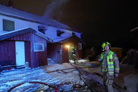 BRANN: Nødetatene klarte ikke å redde bolighuset på Børsåsen i Levanger. I ettertid valgte søsteren til huseieren å sette i gang en innsamlingsaksjon for å hjelpe tantebarna.