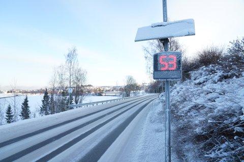 SKAL DOBBELTSJEKKE FARTEN: Denne fartsradaren har stått i Momarkvegen siden 2018. Nå skal det settes opp en tilsvarende måler 450 meter lenger oppe i veien.