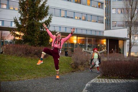 SPRER GLEDE: Sykehusklovnene (f.v.) Smække og Zapp er eksperter på å få små pasienter til å le.