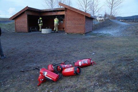 BRANN I GAPAHUK: Brannvesenet rykket søndag kveld ut til brann i gapahuk ved Skogn skole.