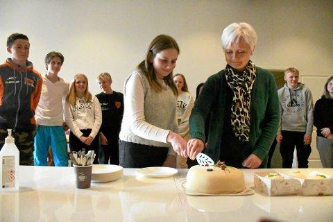 KAKEÅPNING: Maren Grenne fikk æren av sprette kaken sammen med ordfører Anita Ravlo Sand.