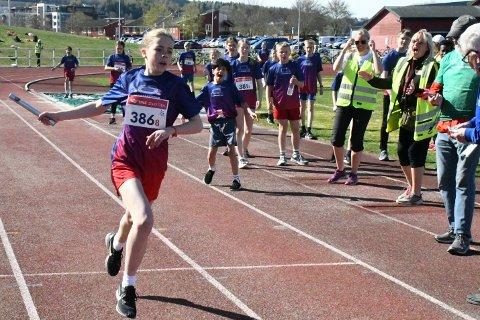 SEIER: Sara Løvås og et av Frols 7. klasselag vant sitt heat under Tinestafetten på Moan. Lærer Hege-Lill Bråten jubler for seier.