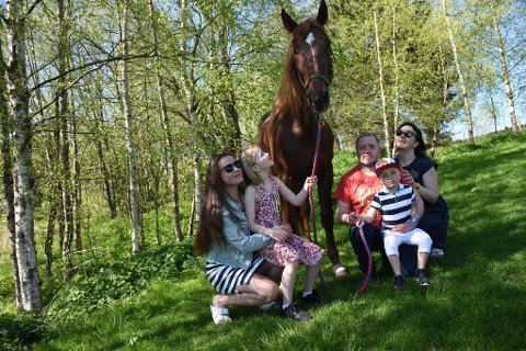 TRAVLYKKE: Familien Lyng med det nye stortalentet, Moni Winner, halvbror av Moni Viking. Fra venstre: Vialeta, Michelle, Jan, Einar og Tanja.