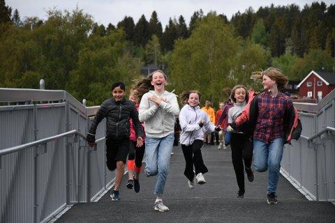 FØRST OVER: Jakob Safi, Helene Sporild, Eirin Håpnes, Ane Myhr og Lotte Sofie Hagen i 6A ved Skogn barne- og ungdomsskole var de første til å ta i bruk den nye gang- og sykkelbrua over jernbanen i Skogn.