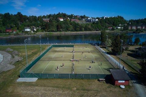 HER STÅR SLAGET: Tennisbanene på Moan i Levanger må enten renoveres eller bygges under tak. Uansett koster dette penger, som kommunen i utgangspunktet ikke har for øyeblikket.