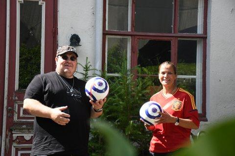 SENDER EM-FINALEN: I bakgården til Strømsøegården skal EM-finalen i fotball sendes. Frank Scott skal rigge opp høyttalere slik at man får en stadionfølelse, mens Monica Renbjør skal sørge for god mat og drikke.