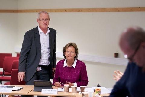 KREVENDE: Styreleder Ingrid Finboe Svendsen (t.h) i Helse Nord-Trøndelag måtte be om ekstern granskning av varslingssakene – fordi da det kom et nytt varslet om at de ikke var godt nok håndtert. Til venstre står sykehusdirektør Tor Åm.
