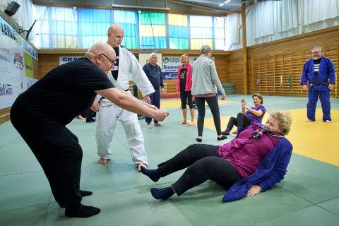 I BAKKEN: Da statsministeren besøkte Levanger i februar i fjor fikk hun falltrening med Levanger Judoklubb. Tor-Finn Granlund (70) hjalp Erna Solberg på beina igjen. Nå skal hun på konsert med Frida Ånnevik på Fenka.
