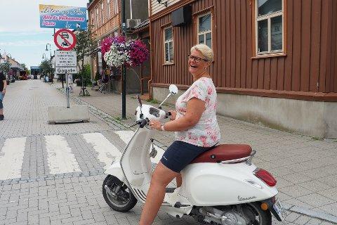 VESPA-ELSKER: Tone Adde (46) elsker Vespaen sin, som hun omtaler som sin førtiårskrise. Hun kjører imidlertid med hjelm - og beveger seg ikke inn i gågata med den.