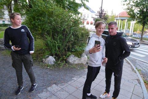 STJERNER I LEVANGER: Theo Gran Naustdal (t.v) og Kasper Hallem Fjerdingen sikret seg selfie med Benjamin Bourigeaud fra Rennes. – Det er rart og tøft at de plutselig dukker opp her, sier 14-åringene Theo og Kasper.