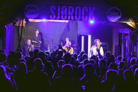 ALLSANG: Det var solid stemning da deLillos spilte sine låter under Sjørock Festivalen på Ekne.